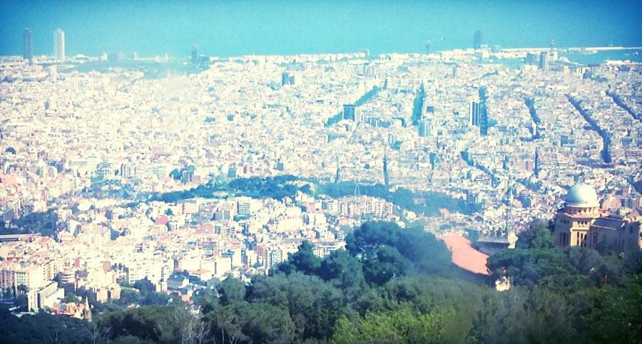 Vista su Barcellona dal cammino che porta al Tibidabo.